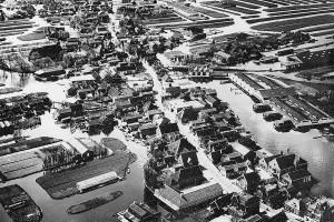 Luchtfoto van Broek op Langedijk met rechts de Broeker Veiling en geheel rechtsonder de J.D. van Arkelschool. De nieuwe kleuterschool staat er reeds, dus is de foto van ná 1963