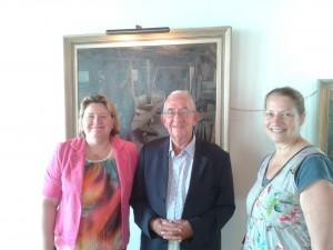 Voorzitter Henk Smits en secretaris Marieke Neesen-Barten dragen de drie schilderijen over aan Tanja Ursem-Kuiper van Langedijker Verleden.